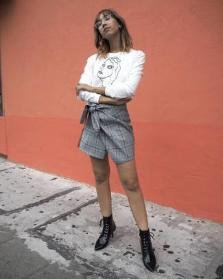 Cómo combinar: botines con cordones de cuero negros, minifalda de tartán gris, jersey con cuello circular estampado en blanco y negro