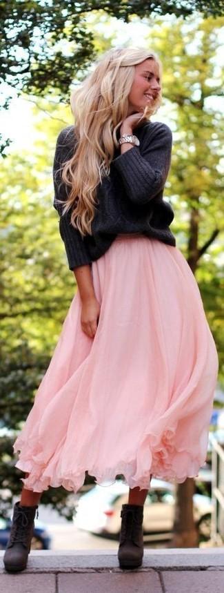 Cómo combinar: reloj plateado, botines con cordones de cuero en gris oscuro, falda midi plisada rosada, jersey de ochos en gris oscuro