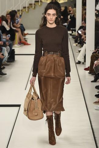 Cómo combinar: bolsa tote de ante marrón claro, botines con cordones de cuero marrónes, falda lápiz de cuero marrón, jersey con cuello circular en marrón oscuro