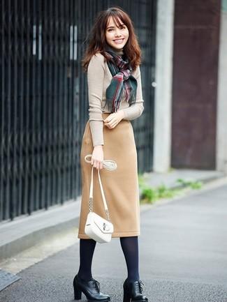 Cómo combinar: bolso bandolera de cuero blanco, botines con cordones de cuero negros, falda lápiz de lana marrón claro, jersey de cuello alto en beige