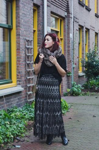 Cómo combinar: cartera sobre en zig zag dorada, botines con cordones de cuero negros, falda larga de encaje negra, jersey de manga corta negro