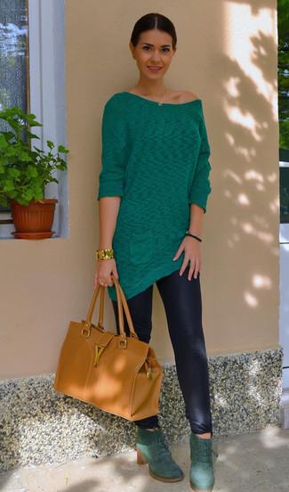 Cómo combinar: bolsa tote de cuero en tabaco, botines con cordones de ante verde oscuro, leggings negros, túnica verde
