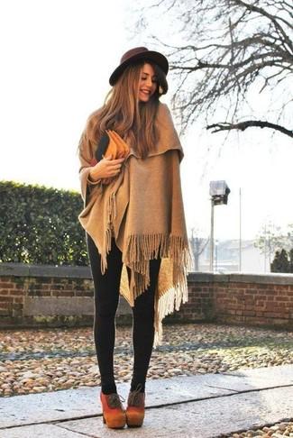 Cómo combinar: sombrero de lana en marrón oscuro, botines con cordones de ante marrón claro, leggings negros, poncho marrón claro