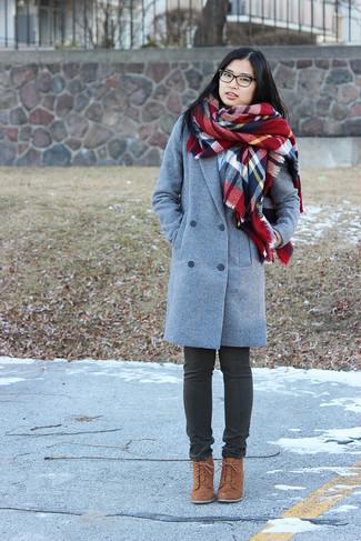 Cómo combinar: bufanda de tartán roja, botines con cordones de ante marrónes, vaqueros en gris oscuro, abrigo gris