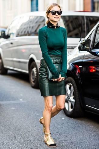Cómo combinar: cartera sobre de cuero verde oscuro, botines con cordones de cuero con recorte dorados, minifalda de cuero verde oscuro, camiseta de manga larga en verde azulado