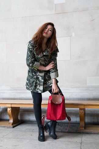 Cómo combinar: mochila de lona roja, botines con cordones de cuero negros, vaqueros pitillo negros, anorak de camuflaje verde oscuro
