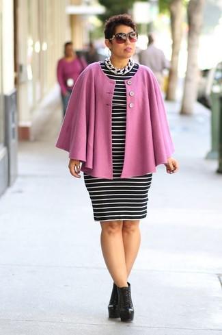 Combinar una capa rosada: Ponte una capa rosada y un vestido ajustado de rayas horizontales en negro y blanco y te verás como todo un bombón. Botines con cordones de cuero negros son una opción grandiosa para complementar tu atuendo.