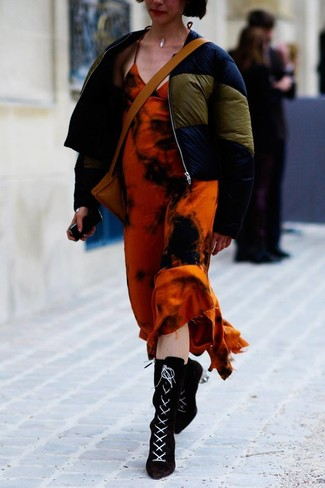 Combinar un plumífero azul marino: Para un atuendo tan cómodo como tu sillón usa un plumífero azul marino y un vestido largo efecto teñido anudado naranja. Haz botines con cordones de ante negros tu calzado para mostrar tu lado fashionista.