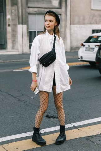 Cómo combinar: riñonera de cuero negra, botines con cordones de cuero gruesos negros, pantalones cortos negros, blusa de botones blanca