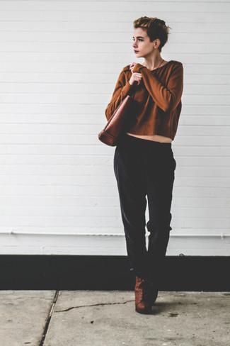 Cómo combinar: bolsa tote de cuero marrón, botines con cordones de cuero marrónes, pantalones de pijama negros, jersey corto marrón