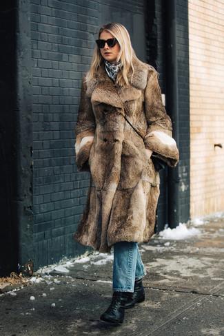 Cómo combinar: bolso bandolera de cuero negro, botines con cordones de cuero negros, vaqueros azules, abrigo de piel marrón
