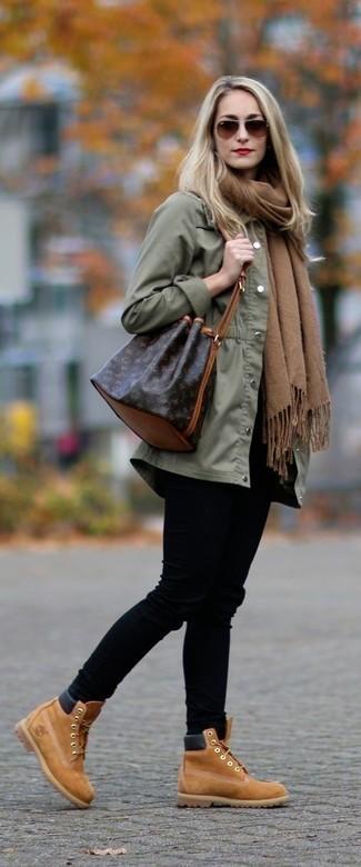 Cómo combinar: mochila con cordón de cuero en marrón oscuro, botines con cordones de ante marrón claro, vaqueros pitillo negros, anorak verde oliva