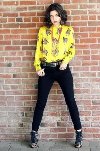 Cómo combinar: correa negra, botines con cordones de pelo de becerro de leopardo marrón claro, vaqueros pitillo negros, camisa de vestir estampada amarilla