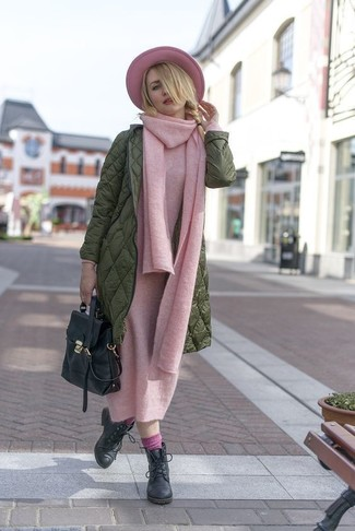 Combinar unos calcetines rosados: Usa un abrigo de plumón verde oliva y unos calcetines rosados para un look agradable de fin de semana. Elige un par de botines con cordones de cuero negros para mostrar tu lado fashionista.