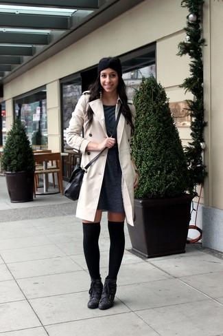 Cómo combinar: calcetines hasta la rodilla negros, botines con cordones de cuero negros, vestido jersey en gris oscuro, gabardina en beige