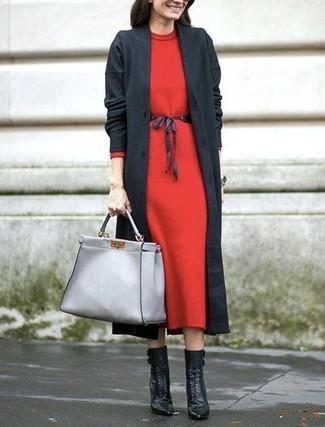 Cómo combinar: bolsa tote de cuero gris, botines con cordones de cuero negros, vestido midi de lana rojo, abrigo en gris oscuro