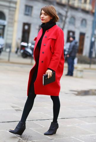 Cómo combinar: medias de lana negras, botines con cuña de cuero negros, vestido jersey de punto negro, abrigo rojo