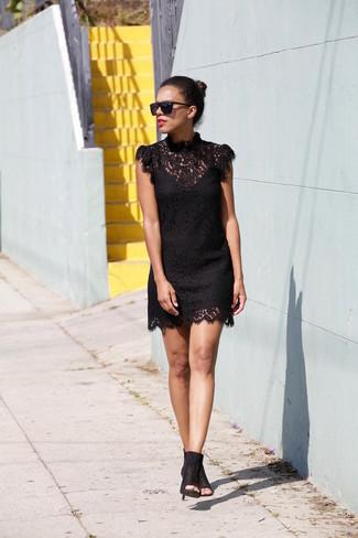 Cómo Combinar Un Vestido Recto Negro Con Unas Botas Negras