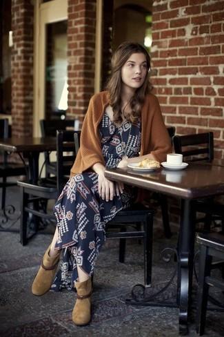 Cómo combinar: botines de ante marrón claro, vestido largo con estampado geométrico azul marino, cárdigan abierto marrón