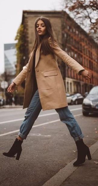 Cómo combinar: botines de ante negros, vaqueros boyfriend celestes, abrigo marrón claro