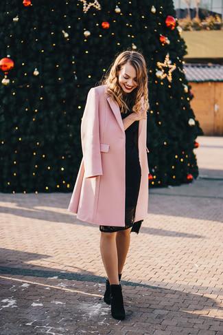 Cómo combinar: botines de ante negros, vestido ajustado de encaje negro, abrigo rosado