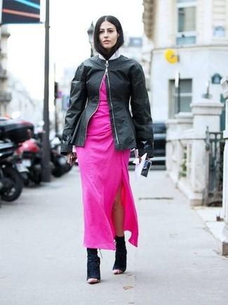 Cómo combinar: botines de ante negros, vestido largo rosa, cazadora de aviador de cuero negra