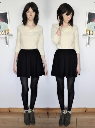 Cómo combinar: botines de ante verde oscuro, falda skater negra, jersey con cuello circular de angora en beige