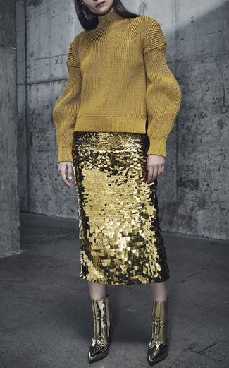 Cómo combinar: botines de cuero dorados, falda lápiz de lentejuelas dorada, jersey de cuello alto de lana dorado