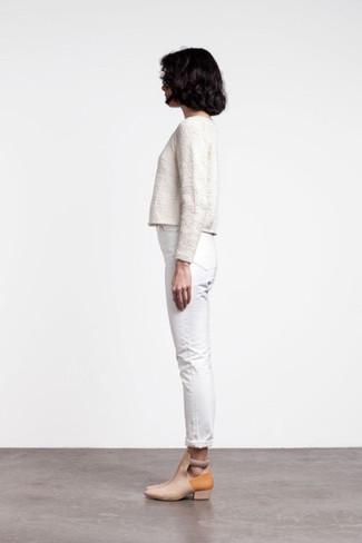 Cómo combinar: botines de cuero con recorte en beige, vaqueros pitillo blancos, jersey corto blanco