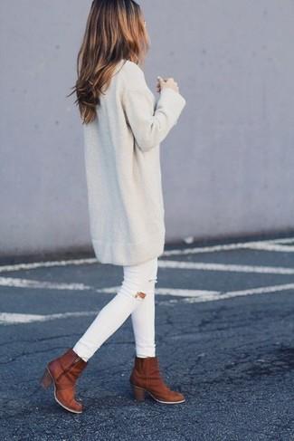 Cómo combinar: botines de cuero en tabaco, vaqueros pitillo desgastados blancos, vestido jersey en beige