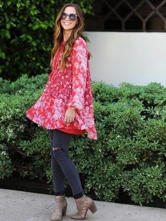 Cómo combinar: botines de cuero con recorte grises, vaqueros pitillo desgastados en gris oscuro, vestido amplio con print de flores rojo
