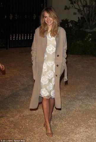 Cómo combinar: botines de cuero con recorte marrón claro, vestido midi de encaje blanco, gabardina marrón