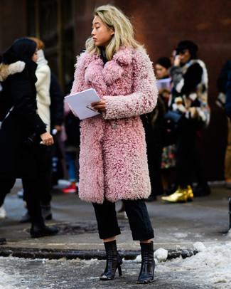 Cómo combinar: botines de cuero negros, pantalón chino negro, abrigo de piel rosado