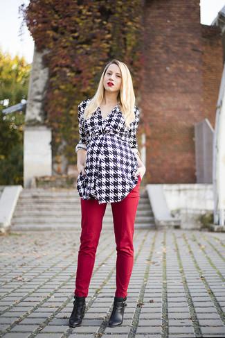 Cómo combinar: botines de cuero con recorte negros, pantalones pitillo rojos, cárdigan de pata de gallo en negro y blanco