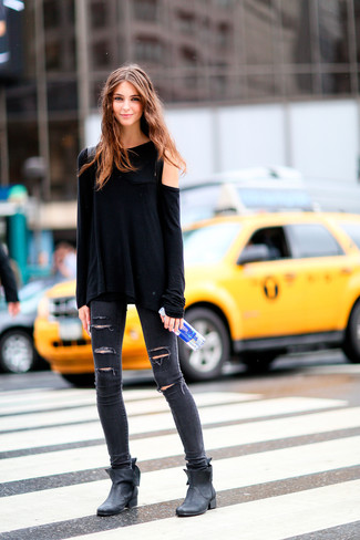 Cómo combinar: botines de cuero negros, vaqueros pitillo desgastados en gris oscuro, camiseta de manga larga negra
