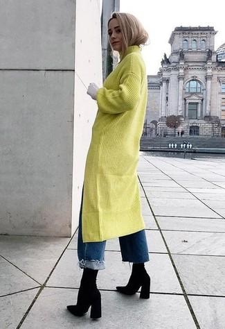 Cómo combinar: botines de elástico negros, vaqueros boyfriend azules, vestido jersey en amarillo verdoso