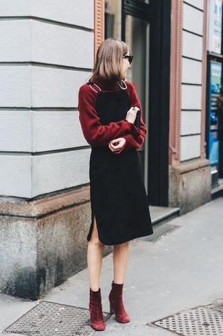 Cómo combinar: botines de terciopelo burdeos, pichi negro, jersey de cuello alto burdeos