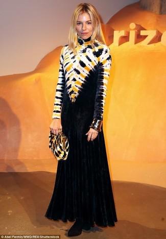 Combinar unos botines de terciopelo: Considera ponerse un vestido de noche efecto teñido anudado negro para que te veas verdaderamente magnífica. Botines de terciopelo son una opción atractiva para complementar tu atuendo.