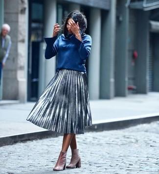 Cómo combinar: botines de terciopelo rosados, falda midi plisada plateada, blusa de manga larga azul