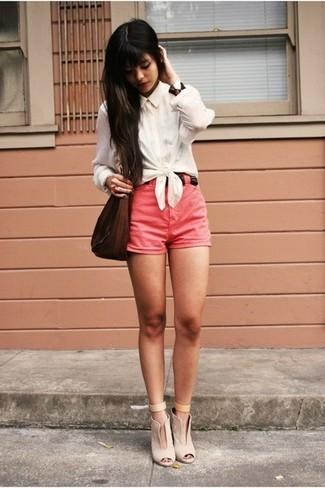 Cómo combinar: bolso bandolera de cuero en marrón oscuro, botines de cuero con recorte en beige, pantalones cortos rosa, camisa de vestir blanca
