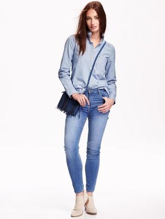 Combinar un bolso bandolera de cuero azul para mujeres de 20 años: Para un atuendo tan cómodo como tu sillón considera ponerse una camisa de vestir de cambray celeste y un bolso bandolera de cuero azul. Botines de ante en beige son una opción estupenda para complementar tu atuendo.