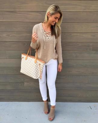 Cómo combinar: bolsa tote de lona con estampado geométrico gris, botines de cuero con recorte en beige, vaqueros pitillo desgastados blancos, jersey de pico marrón claro