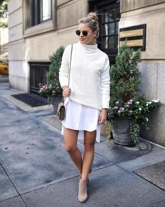 Cómo combinar: bolso bandolera de ante en beige, botines de ante en beige, vestido camisa blanca, jersey de cuello alto de punto blanco