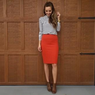 Cómo combinar: reloj dorado, botines de cuero en marrón oscuro, falda lápiz roja, jersey de cuello alto de rayas horizontales en blanco y negro