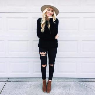 Cómo combinar: sombrero de lana en beige, botines de ante en marrón oscuro, vaqueros pitillo desgastados negros, jersey con cuello circular de angora negro