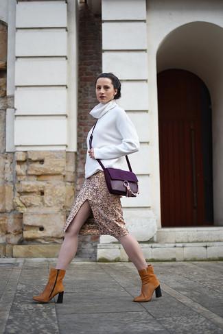 Cómo combinar: bolso bandolera de cuero morado, botines de ante en tabaco, falda lápiz dorada, jersey de cuello alto blanco