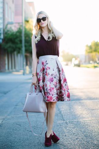 Cómo combinar: bolsa tote de cuero gris, botines de ante burdeos, falda campana con print de flores gris, blusa sin mangas de seda morado oscuro