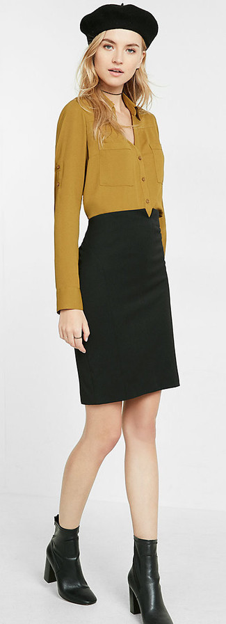 Cómo combinar: boina negra, botines de cuero negros, falda lápiz negra, camisa de vestir mostaza
