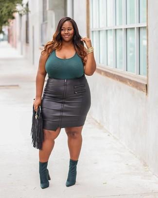 Cómo combinar: cartera sobre de cuero сon flecos negra, botines de ante verde oscuro, falda lápiz de cuero negra, camiseta sin manga en verde azulado