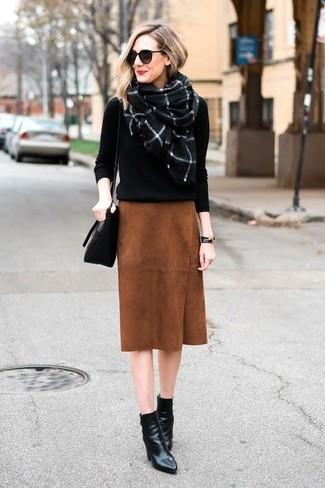 Cómo combinar: bolso bandolera de cuero negro, botines de cuero negros, falda lápiz de ante en tabaco, jersey con cuello circular negro